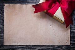 Rocznika prezenta czysty papierowy pudełko na drewnianej desce Obrazy Royalty Free
