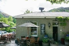 Rocznika projekta sklep z kawą w małej wiosce w Arrowtown Nowa Zelandia Obraz Royalty Free