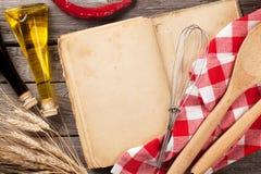 Rocznika przepisu książka, naczynia i składniki, Zdjęcie Stock