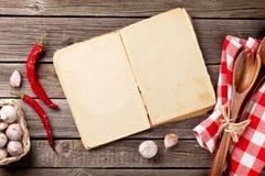 Rocznika przepisu książka, naczynia i składniki, Zdjęcia Royalty Free