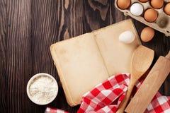 Rocznika przepisu książka, naczynia i składniki, Obrazy Royalty Free