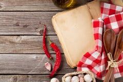 Rocznika przepisu książka, naczynia i składniki, Obraz Stock