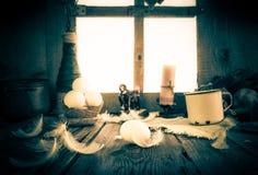 Rocznika przygotowania białych jajek Wielkanocni piórka Fotografia Royalty Free
