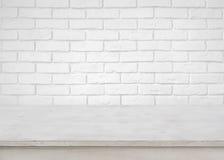 Rocznika pusty drewniany stół na defocused białym ściana z cegieł tle zdjęcia stock