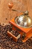 Rocznika ręczny kawowy ostrzarz z fasolami Zdjęcia Royalty Free