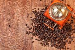 Rocznika ręczny kawowy ostrzarz z fasolami Obrazy Stock