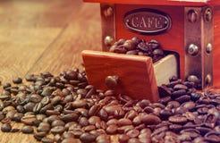 Rocznika ręczny kawowy ostrzarz z fasolami Obraz Stock