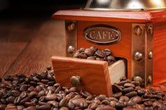 Rocznika ręczny kawowy ostrzarz z fasolami Zdjęcia Stock