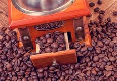 Rocznika ręczny kawowy ostrzarz z fasolami Fotografia Royalty Free