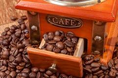 Rocznika ręczny kawowy ostrzarz z fasolami Obraz Royalty Free