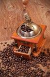 Rocznika ręczny kawowy ostrzarz z fasolami Fotografia Stock