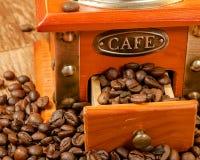 Rocznika ręczny kawowy ostrzarz z fasolami Zdjęcie Royalty Free