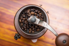 Rocznika ręczny kawowy ostrzarz z kawowymi fasolami Zdjęcia Stock