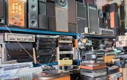 Rocznika radio, odbiorcy, tv, mówcy i inni starzy urządzenia elektroniczne przy Jaffa pchli targ półkami sklepowymi, obraz stock