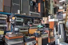 Rocznika radio, odbiorcy, tv, mówcy i inni starzy urządzenia elektroniczne przy Jaffa pchli targ półkami sklepowymi, fotografia royalty free