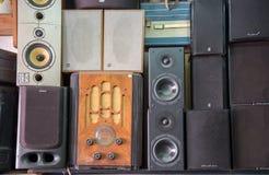 Rocznika radio, odbiorcy, tv, mówcy i inni starzy urządzenia elektroniczne przy Jaffa pchli targ półkami sklepowymi, zdjęcia stock