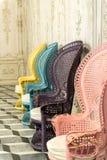 Rocznika rattan krzesła sadzają wiele kolory obraz stock