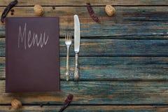 Rocznika restauracyjny menu na nieociosanym drewnianym tle zdjęcia stock