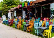 Rocznika Restauracyjny okno Z Kolorowymi krzesłami I stołami Zdjęcia Stock