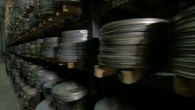 Rocznika rolka, wideo lub taśmy dźwiękowa w, starzy środki archiwizujemy shelfs zdjęcie wideo