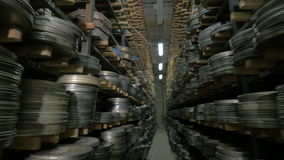 Rocznika rolka, wideo lub taśmy dźwiękowa w, starzy środki archiwizujemy shelfs zbiory wideo