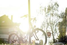 Rocznika rower w mieście przy zmierzchem Zdjęcia Royalty Free