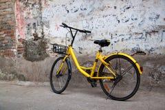 Rocznika roweru starzy stojaki blisko podławej starej ściany obrazy royalty free