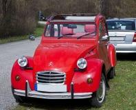 Rocznika samochód, francuza Citroen 2CV czerwień Obrazy Royalty Free