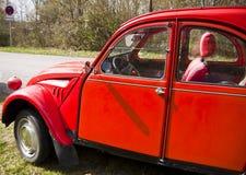 Rocznika samochód, francuza Citroen 2CV czerwień, lateral widok Zdjęcie Stock