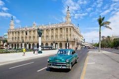 Rocznika samochód obok Wielkiego teatru Havan Zdjęcie Royalty Free