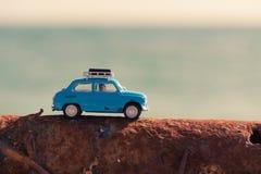Rocznika samochód parkujący blisko morza Podróży i przygody pojęcie Obrazy Stock