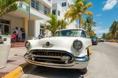 Rocznika samochód parkujący przy ocean przejażdżką w południe plaży, Miami Zdjęcia Stock
