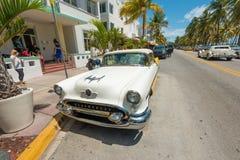 Rocznika samochód parkujący przy ocean przejażdżką w południe plaży, Miami Obrazy Royalty Free