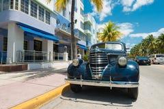 Rocznika samochód parkujący przy ocean przejażdżką w południe plaży, Miami Fotografia Stock