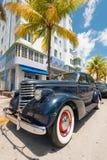 Rocznika samochód parkujący przy ocean przejażdżką w południe plaży, Miami Obraz Stock