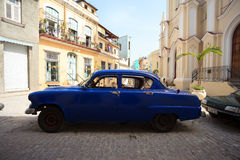 Rocznika samochód parkujący w ulicie stary Havana, Cuba Zdjęcie Stock