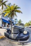 Rocznika samochód przy ocean przejażdżką w Miami plaży Fotografia Royalty Free