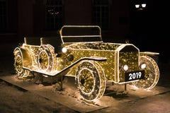 Rocznika samochód rozjarzeni bożonarodzeniowe światła zdjęcie stock