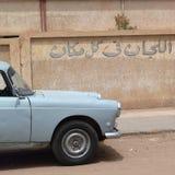 Rocznika samochód w ulicie Obraz Royalty Free