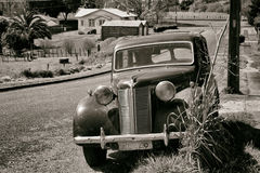 Rocznika samochód w wiejskim położeniu Wojenna ery scena Obraz Stock