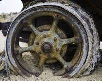 Rocznika samochodowy koło wtykał w pustynnym piasku zdjęcia royalty free