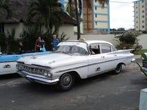 Rocznika samochodu taxi w Hawańskim Kuba Zdjęcia Royalty Free