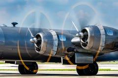 Rocznika samolotu wojskowego śmigła wiruje szybko fotografia royalty free