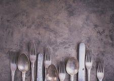 Rocznika silverware od dno strony grunge tło zdjęcia royalty free