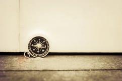 rocznika spojrzenia kompas na drewnianym tle Obrazy Stock