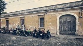 Rocznika spojrzenie boczna ulica w Antigua zdjęcie stock