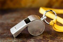 Rocznika srebra gwizd na ośniedziałym kruszcowym tle Arbitra trenera sporta rywalizaci narzędzia instrument, początku koniec fotografia stock