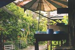 Rocznika Starego Storefront/Antyczny dom z Wyszarzałym parasolem obraz royalty free