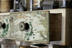 Rocznika stary drewniany kreślarz w spiżarni w warsztacie Fotografia Royalty Free