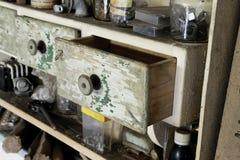 Rocznika stary drewniany kreślarz w spiżarni w warsztacie Obrazy Stock
